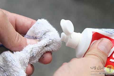 پاک کردن لکه های سطح فرش با استفاده از خمیر دندان