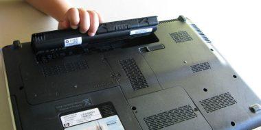 آیا جدا کرن باتری لپ تاپ و اتصال مستقیم به برق مفید است؟ راه های افزایش عمر باتری