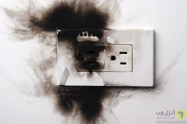 جرقه پریز برق به <b>علت</b> اتصال کوتاه
