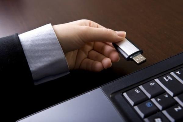 رفع مشکل در نصب ویندوز 10 Just a Moment جدا کردن دستگاه های USB