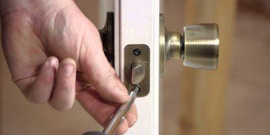 تعمیر و حل مشکل رایج قفل درب حیاط ، اتاق و..