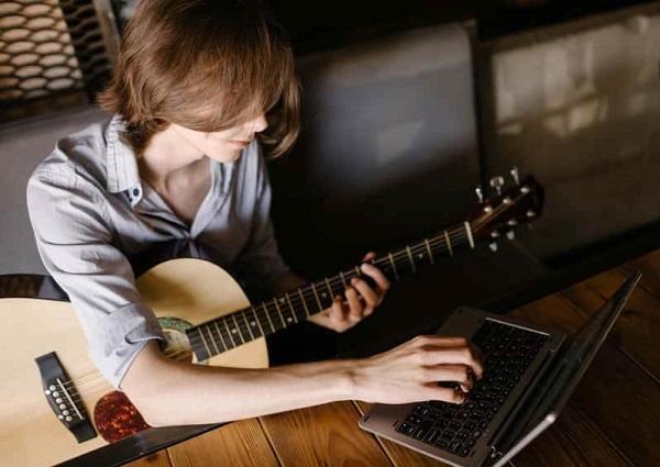 دیدن کلاس موزیک آنلاین یک کار مفید برای اوقات بیکاری در خانه