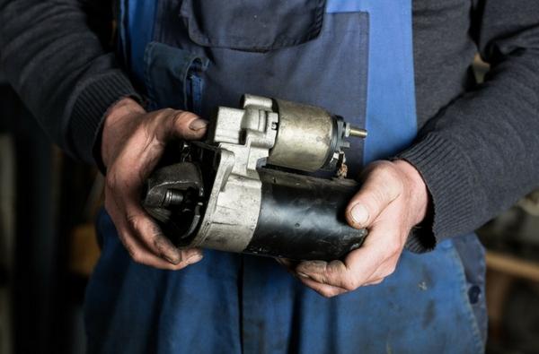 علت روشن نشدن ماشین در هوای سرد، مشکل موتور استارتر
