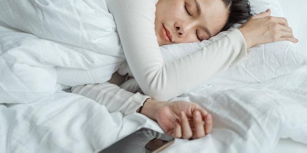 خطرات گذاشتن گوشی کنار سر هنگام خواب