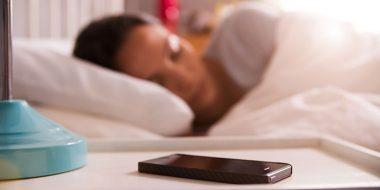 بررسی مضرات گذاشتن گوشی موبایل کنار یا بالای سر هنگام خواب