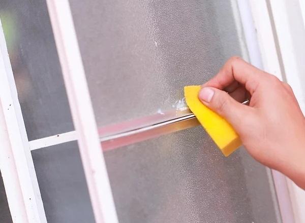 از بین بردن جای چسب نواری روی شیشه