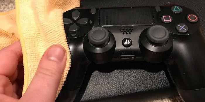 آموزش تصویری نحوه تمیز کردن دسته کنسول PS4 و PS5