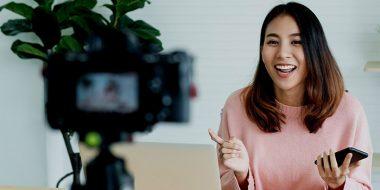 بررسی: ولاگ (Vlog) چیست و ویلاگر (Vlogger) کیست؟ چگونه ویدیو بلاگ کنیم؟
