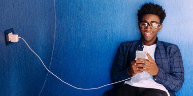 بررسی: آیا استفاده از گوشی هنگام شارژ عوارض یا خطر دارد؟